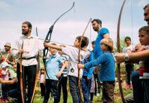 Copii trăgând cu arcul. Foto: Foto: Benedict Both