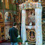 Rugăciune la icoana Maicii Domnului de la Mănăstirea Putna