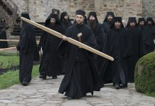 Procesiune la Învierea Domnului, toacă, Mănăstirea Putna, obște