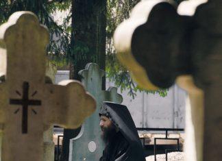 Călugărul, darul lui Dumnezeu, Mănăstirea Putna, Pr. Veniamin, cimitir, lumină
