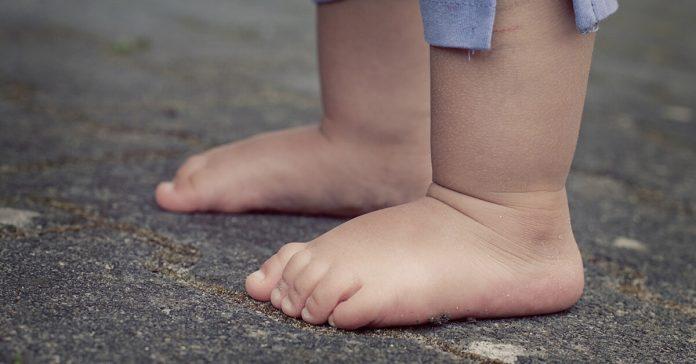 Nedeplinătate,copil,prunc,nou-născut,picioare,stradă,asfalt