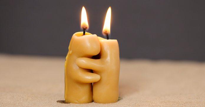 Dragostea creștinească, lumânări, îmbrățișare