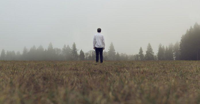 Tânăr, ceață, limpezire, indecis