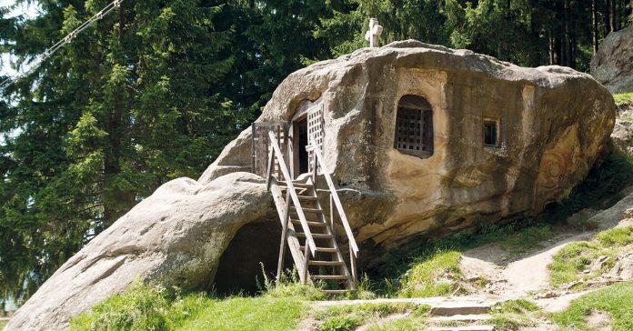 Chilia Sfântului Daniil Sihastru, peșteră, stâncă, Mănăstirea Putna