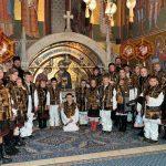 Colindători din satul Benia la Mănăstirea Putna