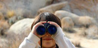 Copil, binoclu, curiozitate