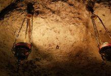 Atmosferă de rugăciune, candelă, peșteră, întuneric, mistic