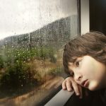 Copil, tren, ploaie