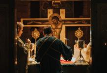 Săvârșind jertfa cea fără de sânge (Foto: Benedict Both), altar, diacon, Sfânta Cruce