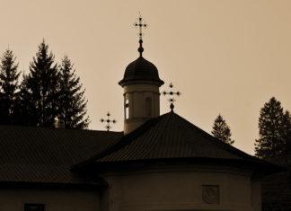 Biserica profilată pe cer în amurg