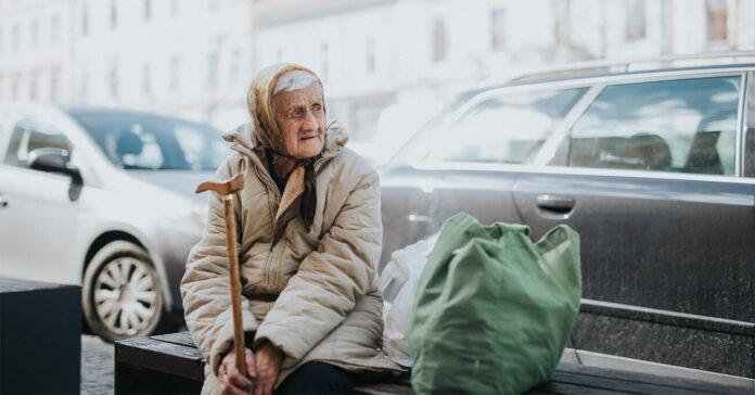 bătrână, stradă, singurătate, sărăcie