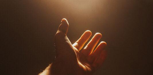 Dragostea nu are teamă de nimic. mână întinsă, ajutor, milă