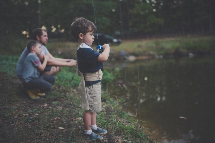 Tată, copil, pescuit