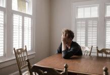 Tânăr, tristețe, singurătate